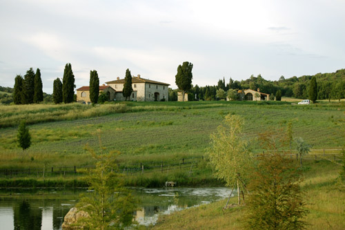 rent house in tuscany with lake
