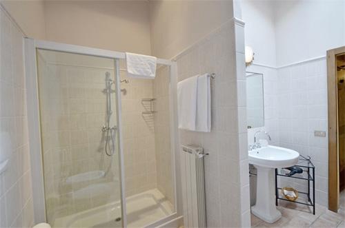 batroom: the big shower of tuscan villa