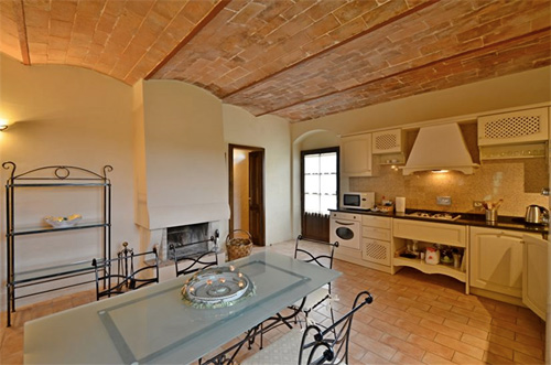 villa in tuscany: kitchen