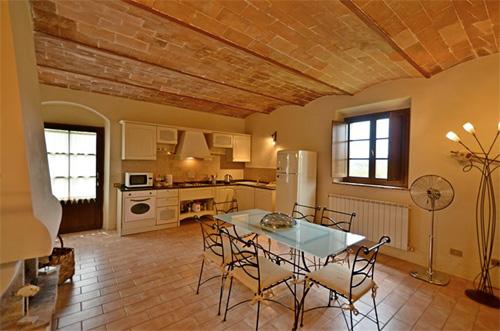 kitchen of rhe tuscan villa