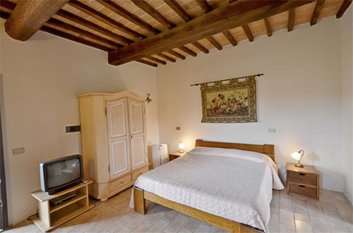 the confortable bed of tuscan villa