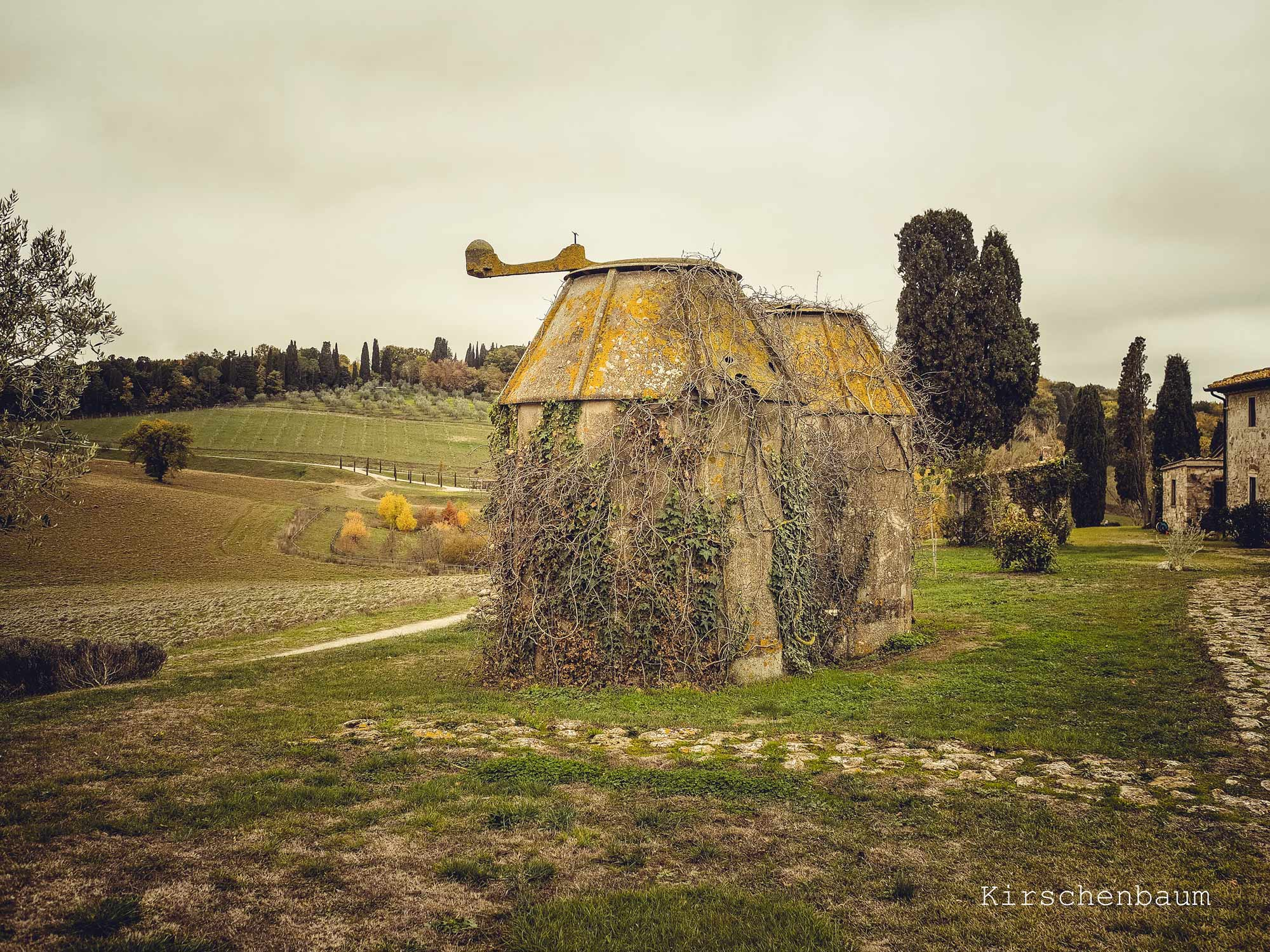 villa in Tuscany with granaries