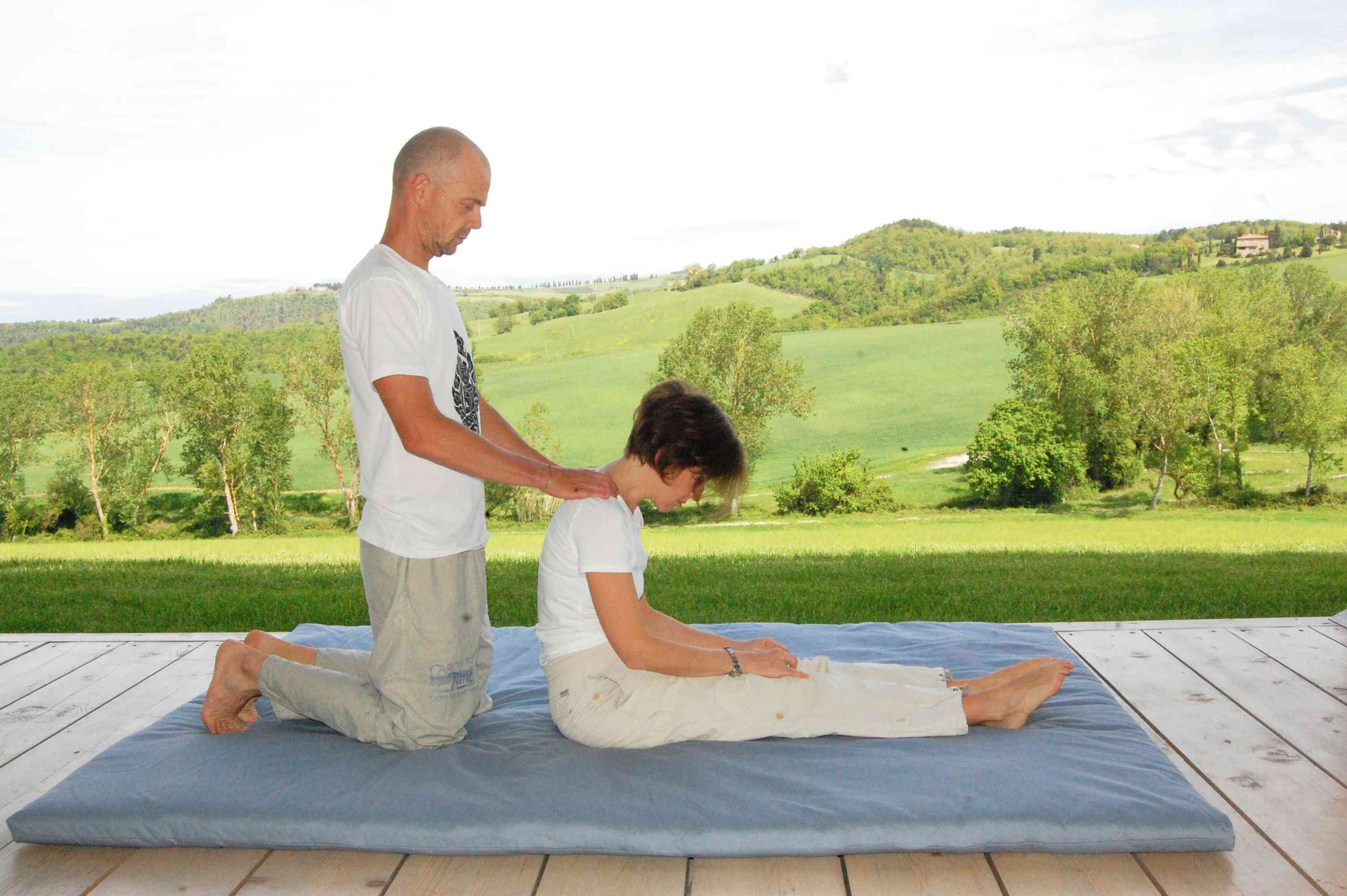 relaxing thai massage at the shoulders