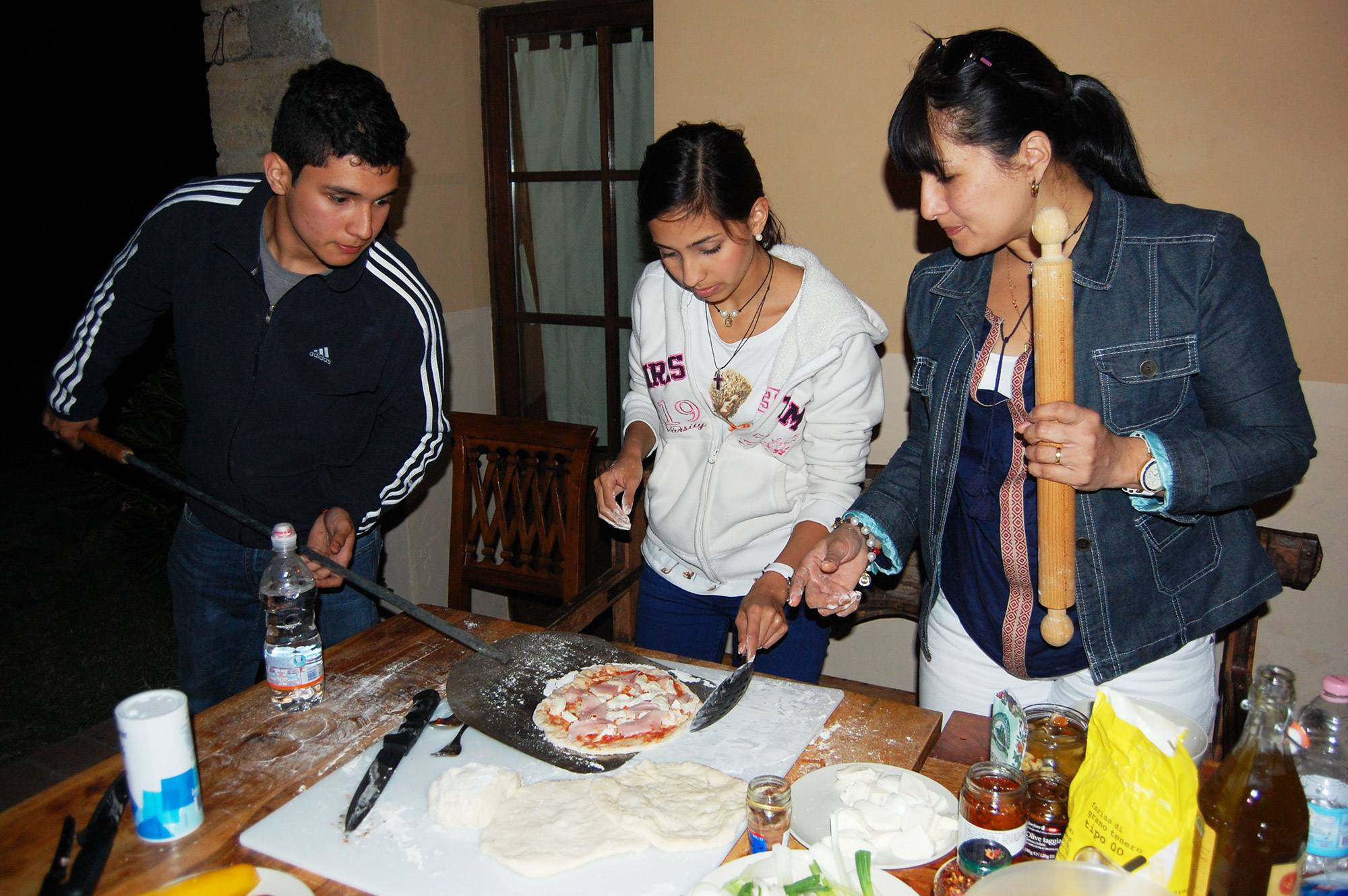 family try to do the pizza at the villa